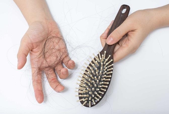 Menghilangkan rambut rontok secara alami dapat dilakukan dirumah dengan bahan-bahan yang sederhana. Yuk hemat perawatan salon Moms!