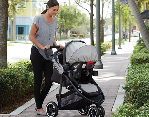 Bagi sebagian Moms, stroller atau kereta bayi merupakan salah satu benda yang perlu dimiliki. Dengan adanya stroller, orang tua umumnya akan merasa lebih mudah dan nyaman saat bepergian dengan si kecil.  Meski begitu, tahukah Moms, mendorong stroller ten