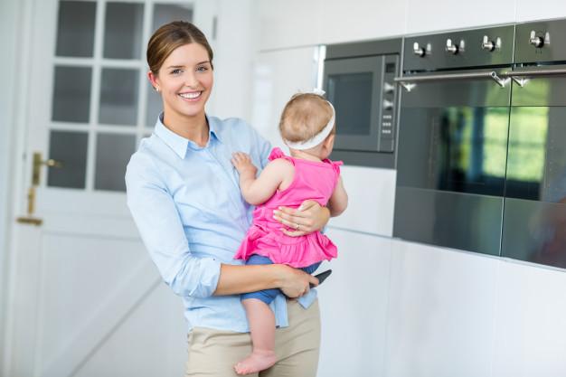 7 Aktivitas di Rumah yang Bisa Dilakukan Sambil Menggendong Bayi