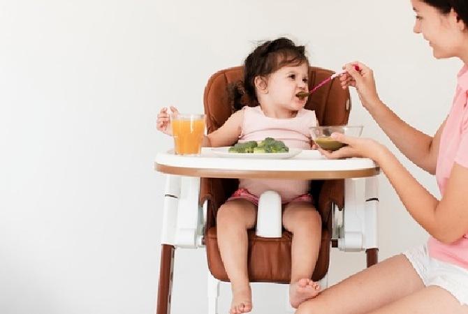 4 Tips Menyiapkan Makanan Bayi 6 Bulan Saat Travelling