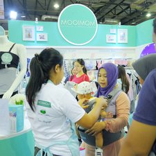 Di booth MOOIMOM, Moms bisa tanya-tanya seputar produk kami dengan detail! Kami akan senang hati membantu Moms