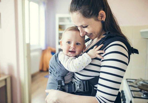 Tips Aman Menggendong Bayi Sesuai Dengan Usia