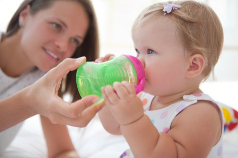 Tahapan Mengajari Bayi Minum Dengan Gelas