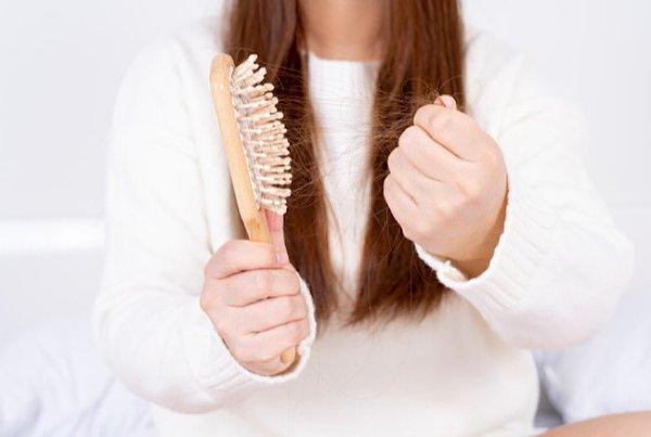 4 Cara Ampuh Mengatasi Rambut Rontok Pasca Melahirkan