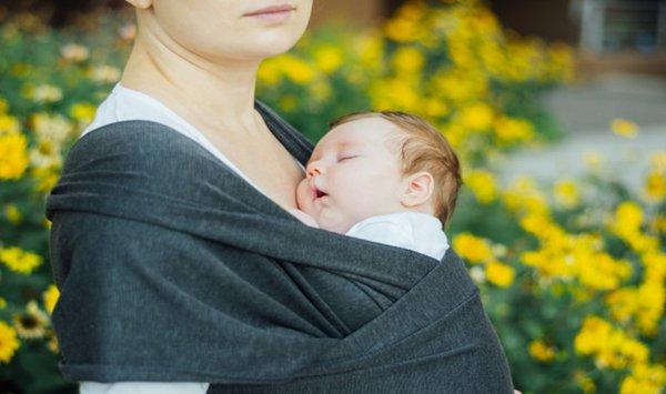 Ini Posisi Gendongan Bayi yang Salah, Bisa Berakibat Fatal