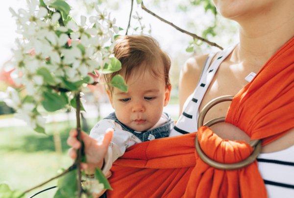 Posisi Gendongan Bayi Sling yang Tepat dan Nyaman untuk Anak Sesuai Usia