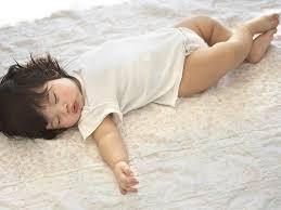 Si Kecil Suka Tidur Dilantai? Pastikan 3 Hal Berikut Ini, Agar Tetap Sehat dan Aman